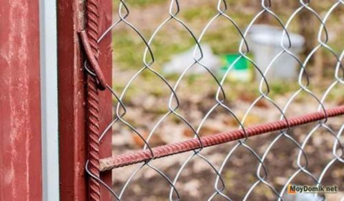 Приспособление для натяжения сетки рабицы.  Вплетение несущей проволоки