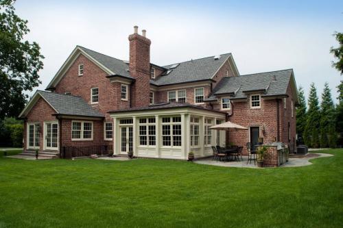 Как построить дом своими руками от фундамента до крыши из кирпича. Преимущества дома из кирпича