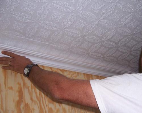 Ремонт плитки на полу и потолка. Простые способы по исправлению ужасной потолочной плитки